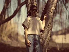 mode vrouw buiten in de lente landschap foto