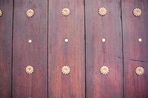 verticaal houten paneelpatroon met decoratief metalen armatuur foto
