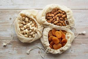 eco-zakjes met pistachenoten, amandelen en gedroogde abrikozen foto