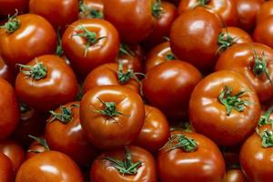 tomaten in een stapel foto