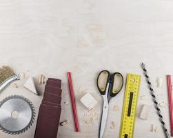 bovenaanzicht houten gereedschappen op bureau foto