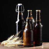 bierflesjes op zwarte achtergrond foto