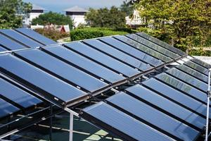 luchtfoto van de zonnecellen op het dak foto