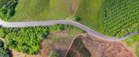 luchtfoto van landelijke weg in landelijk gebied, uitzicht vanaf drone foto