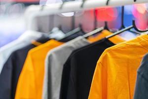 close-up van t-shirts op hangers, kleding achtergrond foto