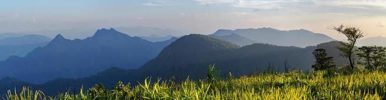 panoramisch landschapsmening van de hoge berg in het noorden, thailand foto