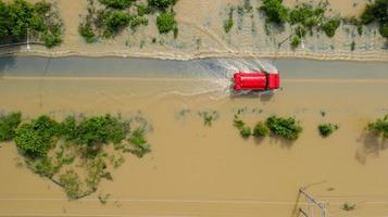 luchtfoto van landweg met een rode auto foto