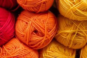de textuur van veelkleurige donzige wollen draden om te breien foto