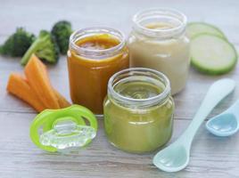 assortiment van fruit- en groentepuree foto