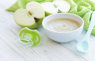 kom met fruit babyvoeding en appels foto
