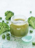 biologische groene broccolipuree met ingrediënten foto
