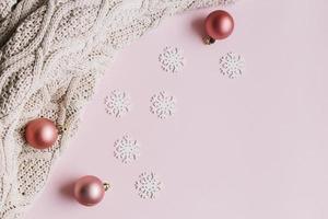 kleine sneeuwvlokken met glanzende kerstballen foto