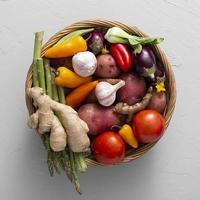 bovenaanzicht mand met groentenmix foto