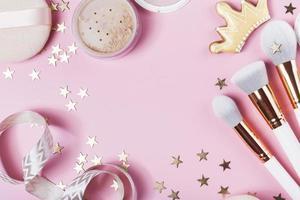 bovenaanzicht make-up roze bureau concept foto