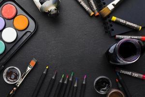 bovenaanzicht verschillende penselen en kleurpotloden foto