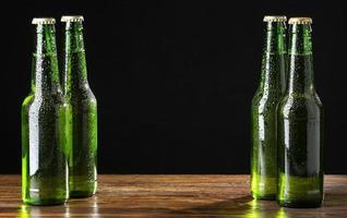 groene flessen bier foto