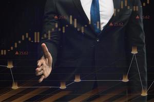 zakelijke infographics hologram gemaakt door zakenman foto