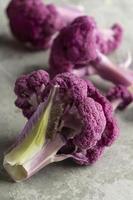 paarse bloemkool op keukentafel foto