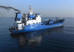 luchtfoto van het blauwe schip op het zeeoppervlak. foto