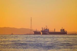 zeegezicht met uitzicht op de kustlijn van de stad. foto