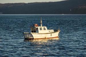 zeegezicht met een boot op de achtergrond van de zee. foto
