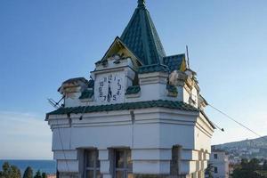 gebouw met een klok op een azuurblauwe achtergrond. foto