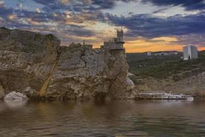 beroemde zwaluwnestkasteel in de buurt van Jalta foto