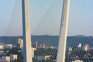 gouden brug is een herkenningspunt van de stad bij zonsondergang. foto