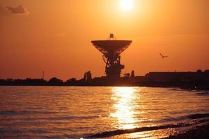 radiotelescoop r-2500 rt-70 op de achtergrond van een prachtige zonsondergang. foto
