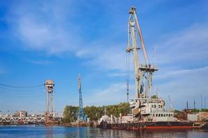 haven van een grote Russische stad met schepen foto
