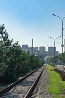 skyline van de stad met de spoorlijn op straat. foto