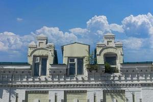 stedelijk landschap met een oud gebouw tegen een blauwe hemel. foto