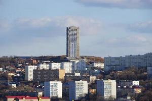 stadsgezicht op de achtergrond van bergen en lucht. vladivostok, rusland foto