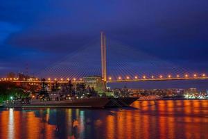 vladivostok, rusland. stedelijk landschap met uitzicht op de gouden brug foto