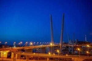 gouden brug tegen de blauwe avondlucht. foto