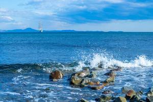 zeegezicht met een prachtige zeilboot aan de horizon. foto