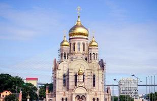 stedelijk landschap met zicht op de gouden koepels van de tempel foto