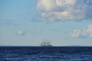 vintage witte zeilboot op de achtergrond van het zeegezicht. foto