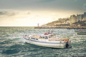 zeegezicht met uitzicht op de witte boot. foto