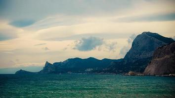 zeegezicht met uitzicht op de bergen. foto