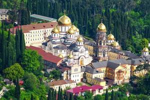 landschap met uitzicht op het nieuwe athosklooster. new athos, abchazië foto