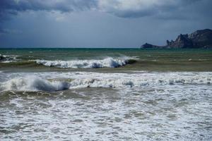 marien landschap met prachtige smaragdgroene golven. sudak, de Krim. foto