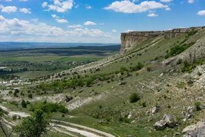 berglandschap met uitzicht op de berg ak-kaya op de Krim. foto