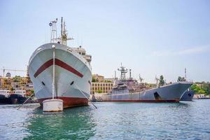 zeegezicht met een schip in de baai van sevastopol tegen de blauwe hemel. foto