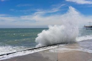 zeegezicht met hoge golven op de achtergrond van de kustlijn van Jalta foto