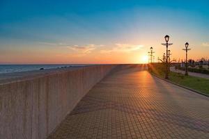 Sotsji-dijk tijdens zonsondergang in de zomer zonder mensen. foto