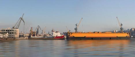 panorama van het stadslandschap met uitzicht op de haven en de schepen. foto