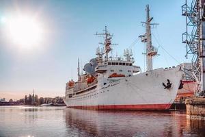 landschap met schepen op de rivier de pregolya. foto