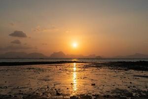 tropische natuur schone strand zonsondergang hemel tijd met zonlicht achtergrond. foto