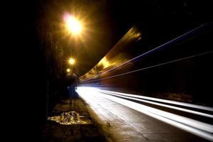 een donkere tunnel met een menselijk silhouet foto